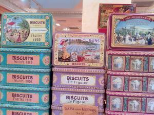 Biscuits in tins