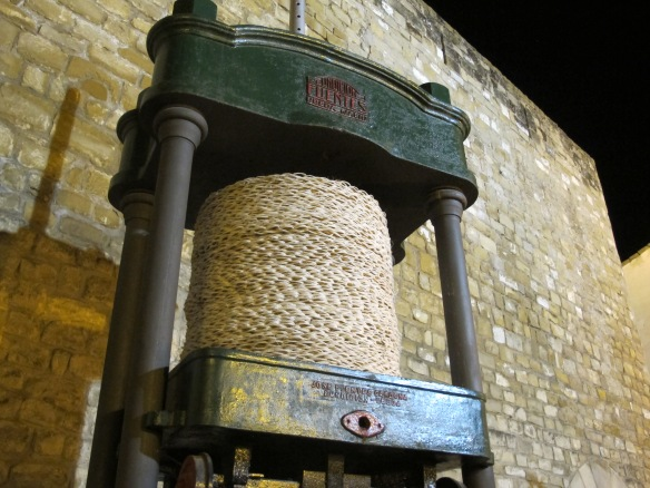 Hydraulic press, which crushes the olives between the capachos of esparto grass, used until as late as the 1980s.